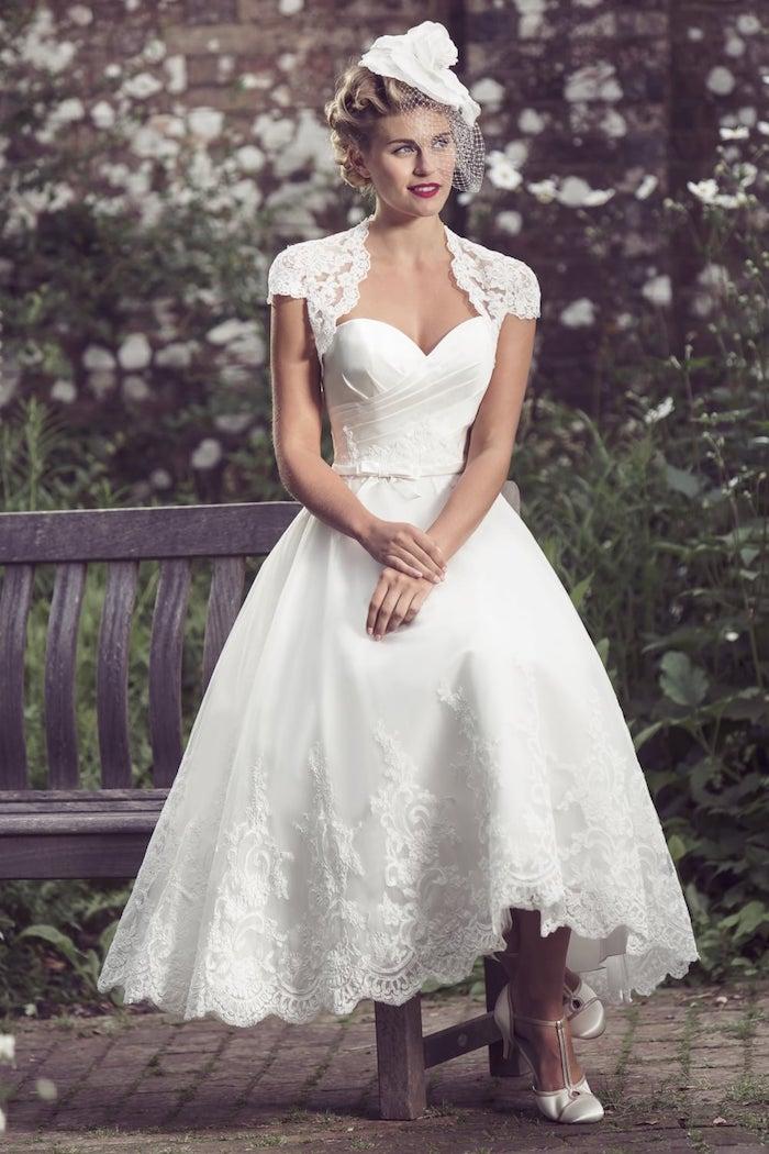 hochzeitskleider spitze, weißes brautkleid mit dekorationen aus spitze, braut make-up