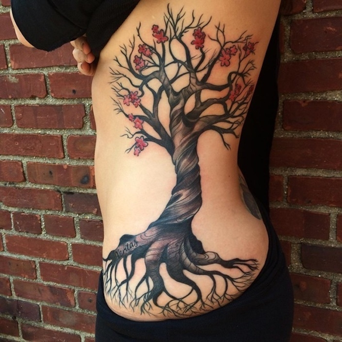 tattoo bedeutung, frau mit großer tätowierung an der körperseite, kirschbaum