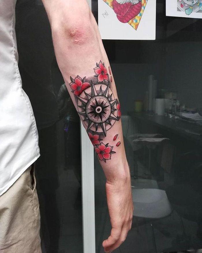 tattoos mit bedeutung, kompass tattooo in kombination mit roten kirschblüten