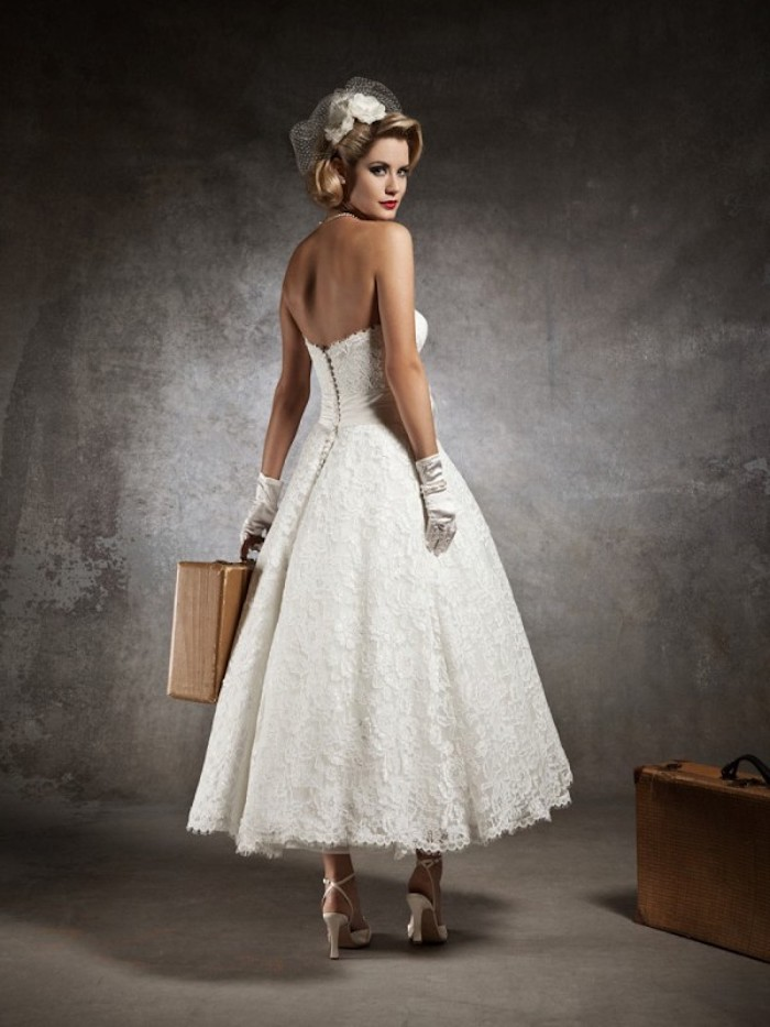 vintage hochzeitskleid mit korsett, braut mit frisur im retro stil, kopfschmuck