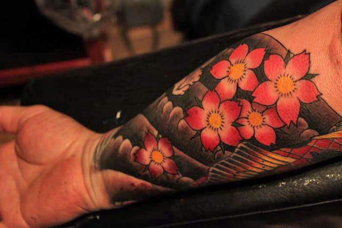 japanische tattoos, koit fisch in kombination mit wasserwellen und rosa kirschblüten