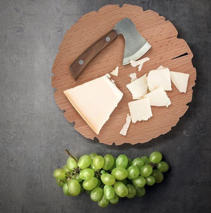 runde Käseplatte aus Holz, kleine Käseachse mit Holzgriff, Käseplatte mit hartem Bergkäse, weiße kernlose Trauben