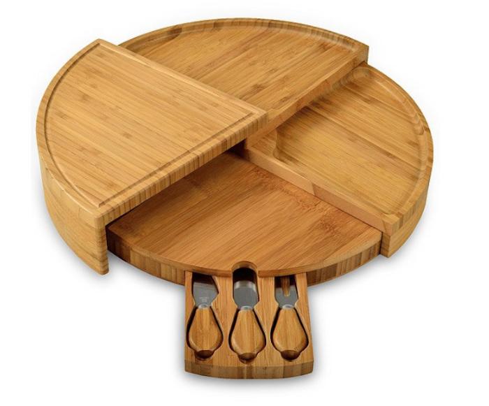 ein nützliches Einweihungsgeschenk - runde Käseplatte aus Holz mit einer kleinen Schublade für das Käsebesteck