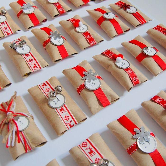 DIY Projekt für einen Adventskalender für Männer aus Klopapierrollen und weihnachtliche Schleifen