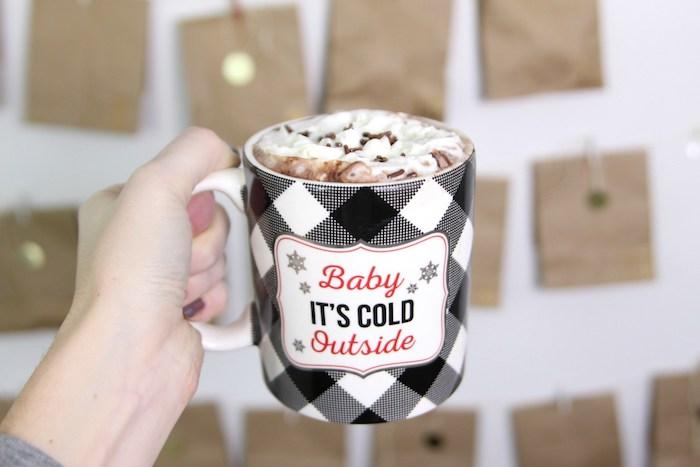 mit Tüten Adventskalender basteln und ein warme Tasse Schokolade zu Weihnachten - Adventskalender für Männer