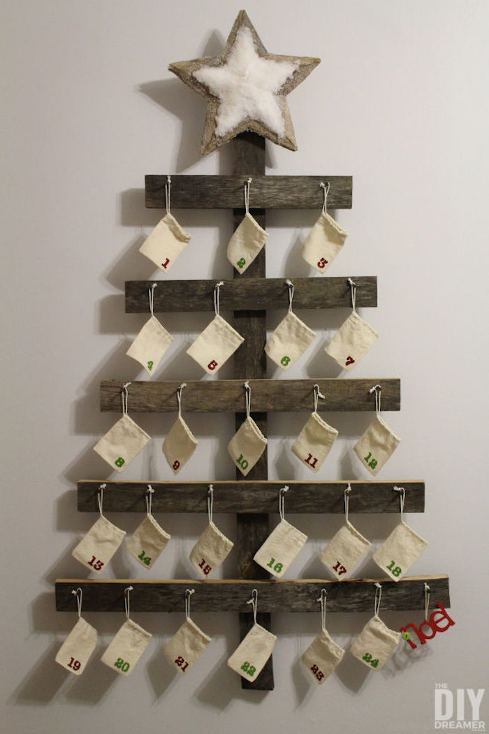 Weihnachtsbaum aus Bretten, ein Stern an der Spitze und kleine Tüten mit Geschenke - Adventskalender für Männer