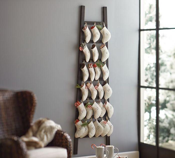 fünfundzwanzig Söckchen hängen an dem Leiter im Wohnzimmer - Adventskalender für Männer