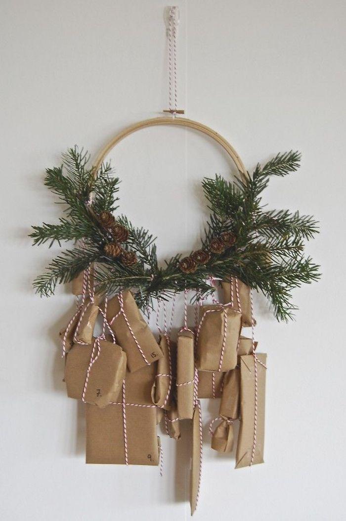 viele Geschenke im braunen Verpackungen hängen von einem Adventskranz - Adventskalender Ideen