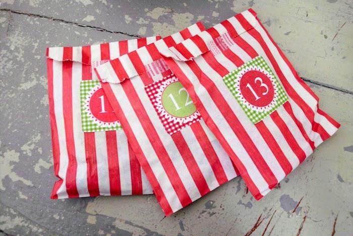 Adventskalender basteln für Männer - drei gestreiften Tüten in weißer und roter Farbe mit Nummern