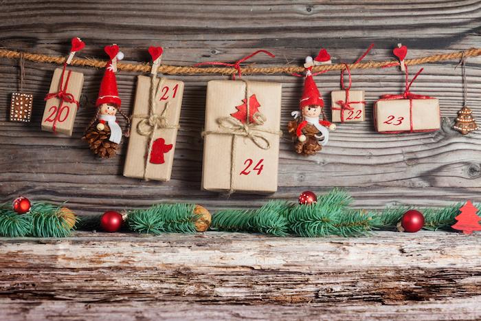 kleine Geschenke hängen von einem Seil, auch kleine Figuren - Adventskalender für Freund