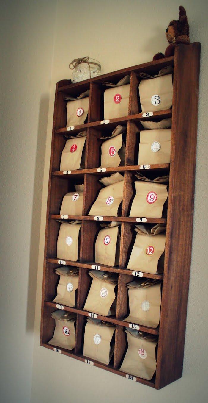 Adventskalender für den Freund ein vintage Möbel voller Tüten mit Geschenken
