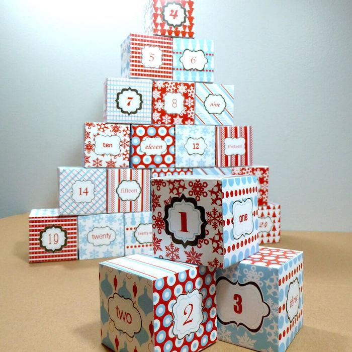 Geschenke wie Würfel verpackt und auf zwei Pyramiden geordnet - Adventskalender für Freund