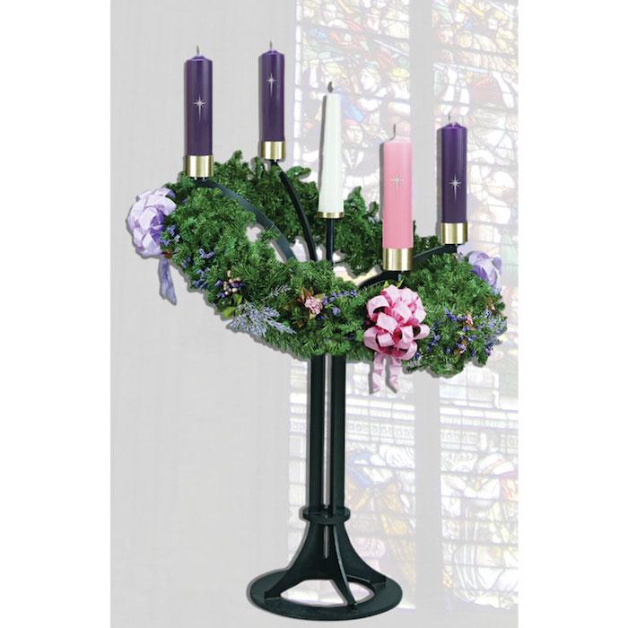 ein großer adventskranz mit einem pinken band und einem lila band und weißen, pinken und lila kerzen und ästen mit grünen blättern