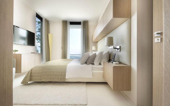 tv wand im schlafzimmer fernseher auf einem höheren niveau über dem bett an der wand hängen