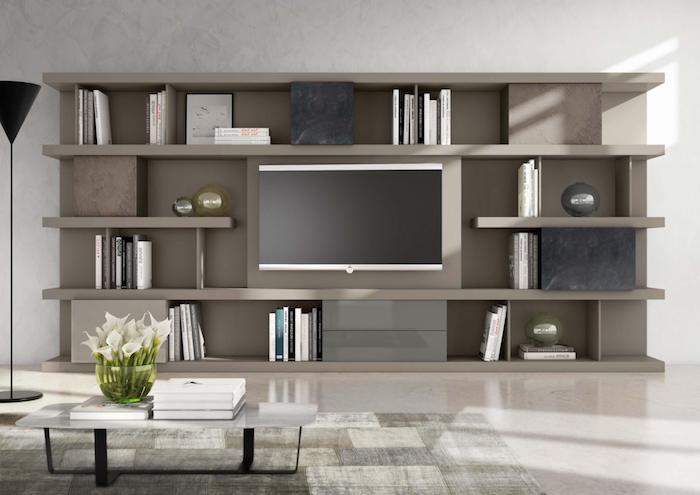tv wand graues design im wohnzimmer wohndesign ideen wohngestaltung graue regale weiße blumen frisch auf dem tisch