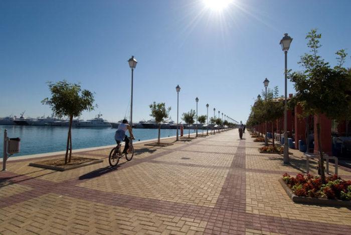hauptstadt von griechenland alle für fahrräder am meer mittelmeer lampen rad fahren in griechenland die sonne scheint über dem meer blumen