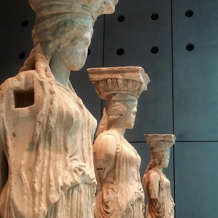 hauptstadt von griechenland schöne skulpturen architektur ancient griechenland antike zeit reste skulpturen damenfiguren