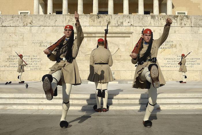 hauptstadt von griechenland militäres dienst in griechenland vor dem parlament soldaten wechsel der schichten uniform offizielle bekleidung in griechenland militärisch