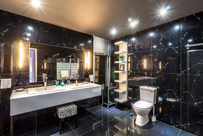 Badmöbel-Set Fliesen in schwarzer Farbe - der Spiegel vergrößert optisch den Raum