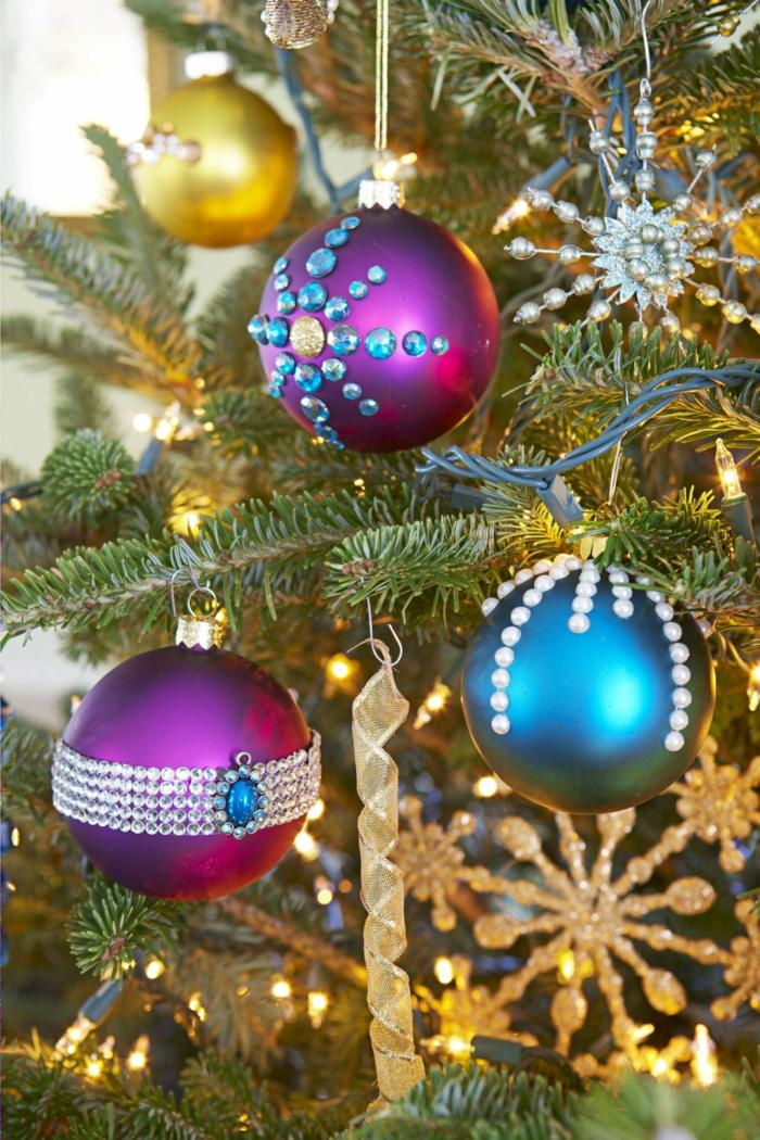 Weihnachtskugeln mit Steinchen und Perlen dekoriert, DIY Idee für Weihnachtsschmuck einfach gemacht