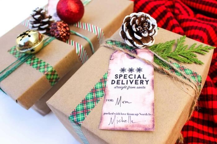 Weihnachtsgeschenke mit Zapfen und Christbaumkugeln verzieren, Geschenke kreativ verpacken