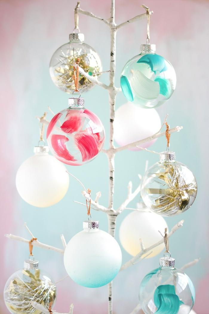 Weihnachtskugeln bunt bemalen und mit Pailletten füllen, kreative DIY Idee für Weihnachtsschmuck