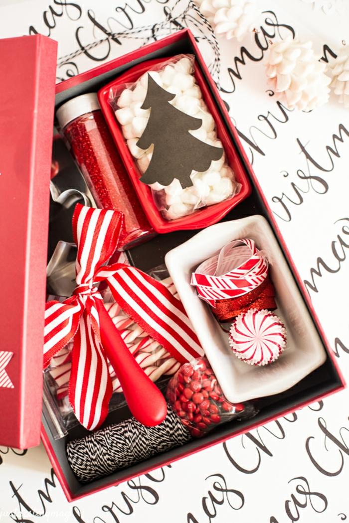 Schöne Geschenkidee zu Weihnachten, Schachtel mit Marshmallows, Zuckerstangen und M&M Bonbons füllen
