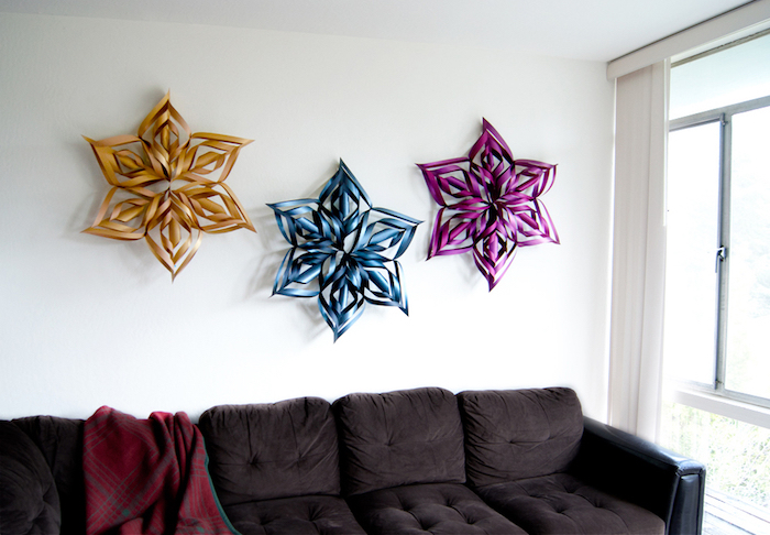 Schneeflocken basteln für Dekoration zu Hause - gelb, blau und rosa Dekorationen