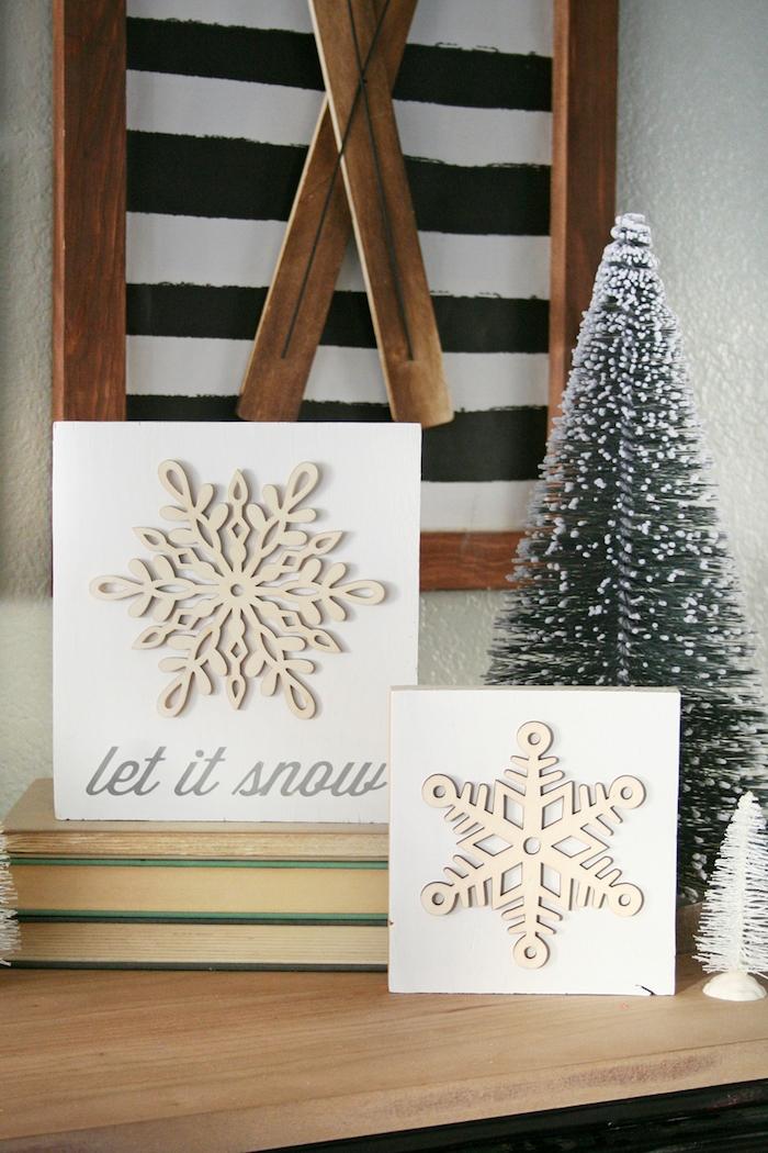 Schneeflocken basteln - zwei Schneeflocken auf Glückwunschkarte zur Dekoration