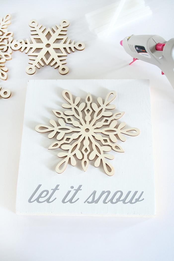 eine Glückwunschkarte erstellen mit einer Schneeflocke und einer Aufschrift - Schneeflocken basteln