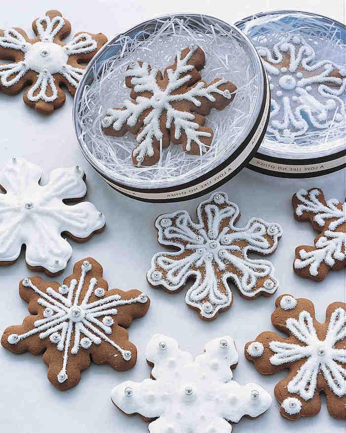 Schneeflocken basteln - viele kleine Keksen mit Schneeflocken Motiven zum Genießen