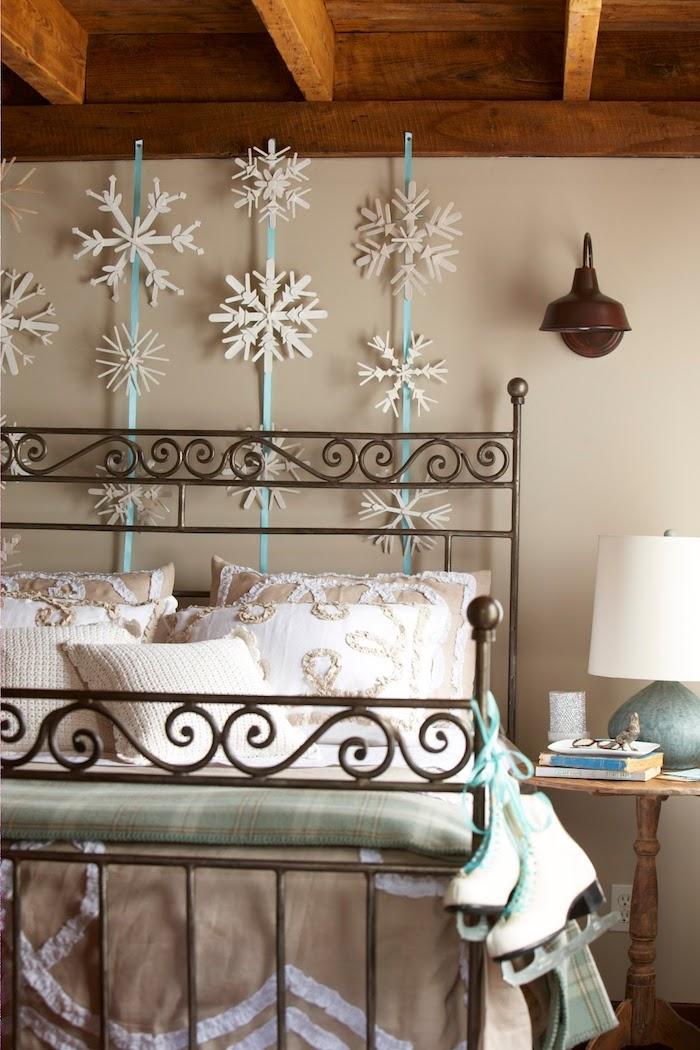 Im Schlafzimmer Schneeflocken aus dem Dach hängen - Schneeflocken basteln