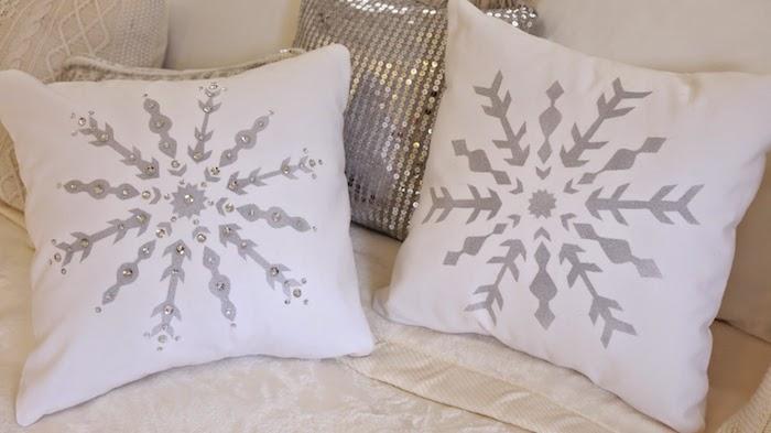 zwei Kissen mit Schneeflocken Motiven, weiße Kissen im Schlafzimmer - Schneeflocken basteln