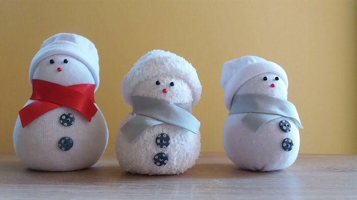 drei weiße kleine schneemänner mit blauen kleinen knöppfen mit mond - schneemann mit schal basteln