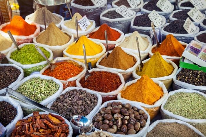 Berliner Wochenmärkte, Gewürze und Nüsse verkaufen, türkische und orientalische Lebensmittel
