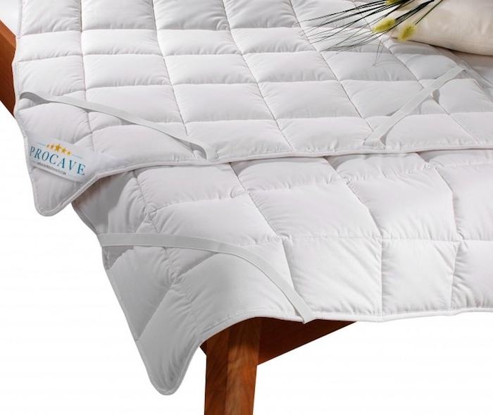 ein bett mit einem weisen matratzenschoner - ideen für einen erholsamen schlaf