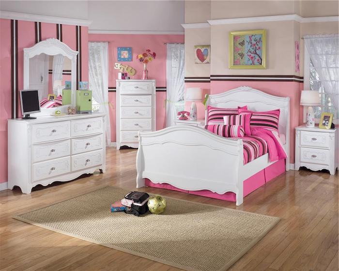 schöne Zimmer - rosa Wände und ein weißes Bett, kleine Zeichnungen an den Wänden