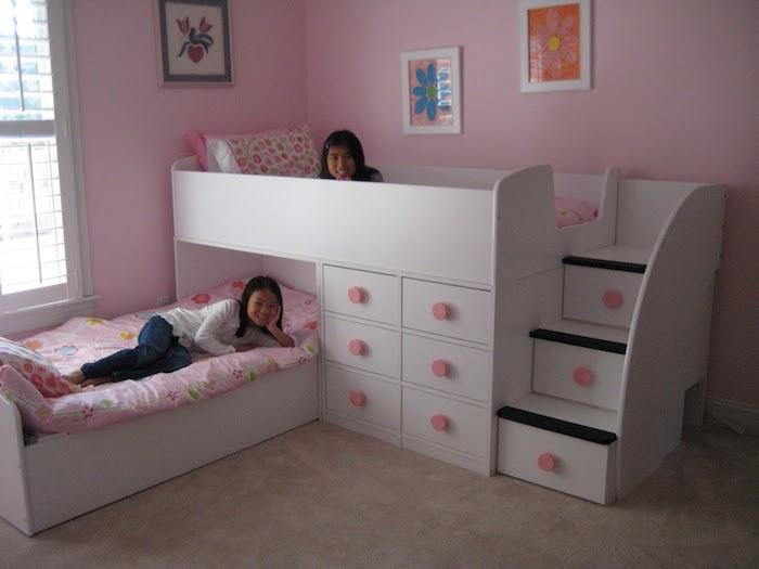 ein rosa Zimmer von zwei Schwestern, kleine Bilder an den Wänden, Hochbett mit Treppen - schöne Zimmer