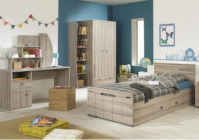 Teenager Zimmer in einem einheitlichen Thema von den Möbeln und blaue Wände
