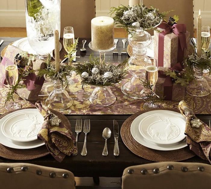 Weihnachtstischdeko ideen zum inspirieren teller in weißer farbe kerzen gabel löffel klein messer geschenk auf dem tisch