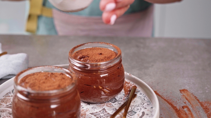 bio schokolade selber machen, leckeres dessert im glas, schokoladenmousse mit kakao garnieren