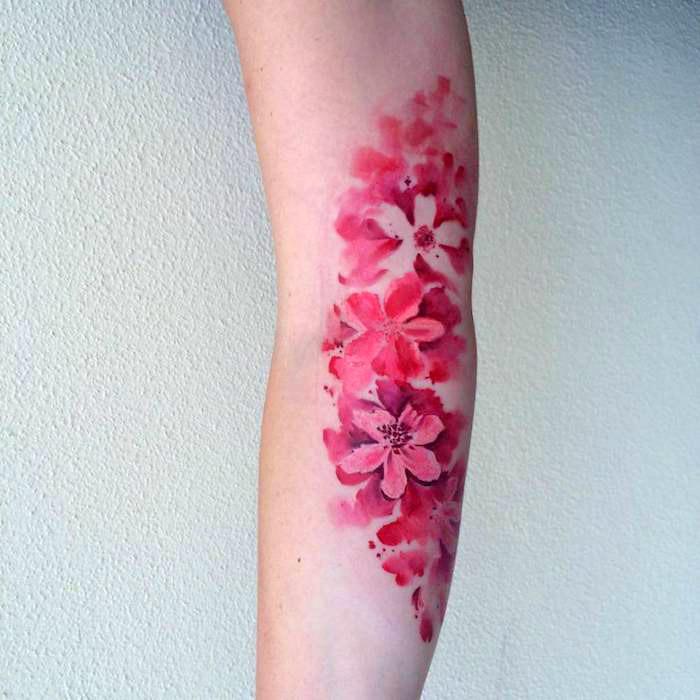 blumenranke tattoo am arm, farbige tätowierung mit blumen-motiv