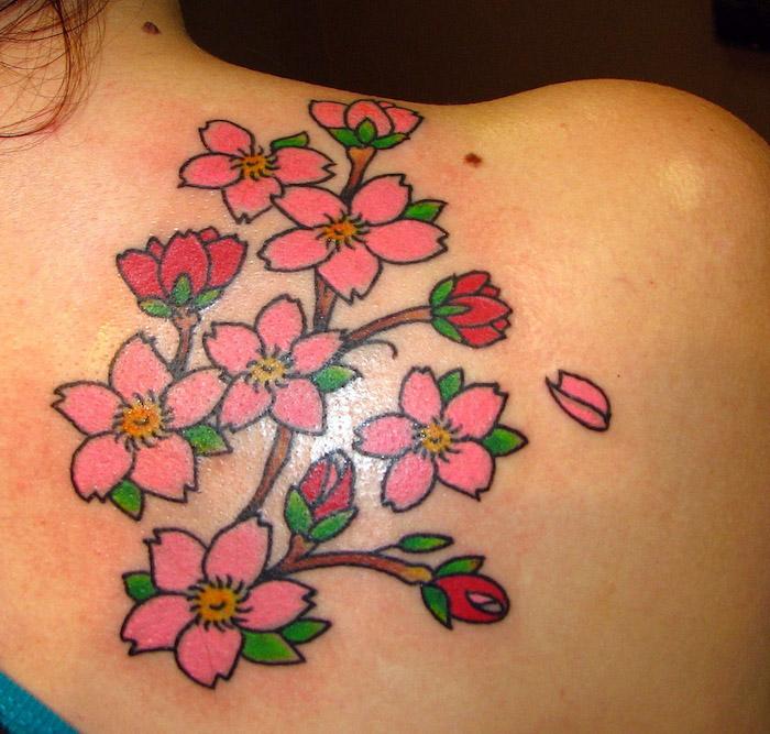 tattoos mit bedeutung, blumenranke mit rosa blüten, tattoos für frauen