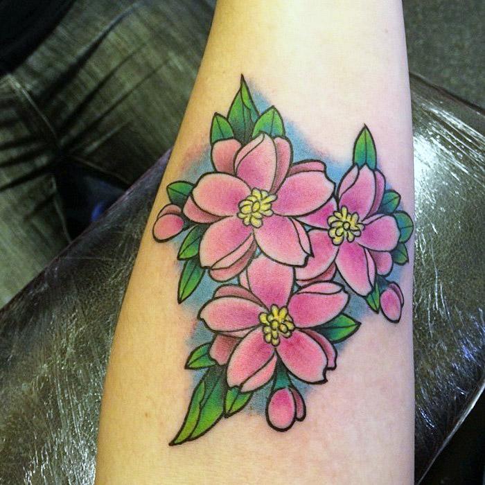 farbiges blumenranke tattoo am unterarm, tätowierung mit blumen-motiv