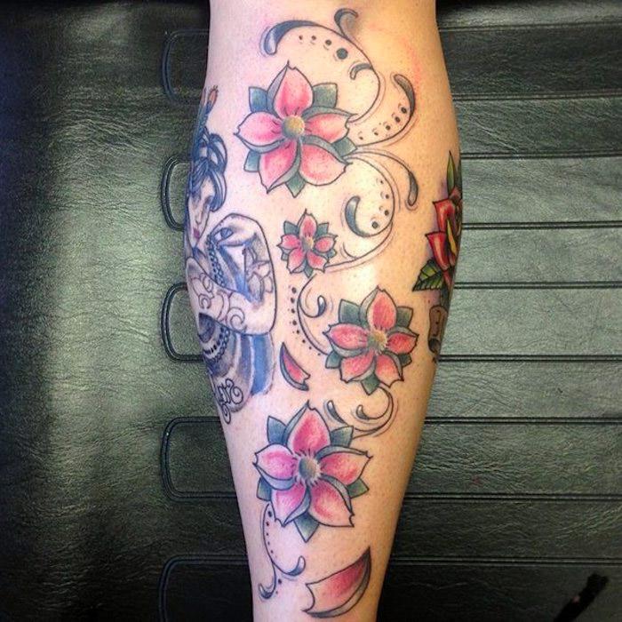 blumenranke tattoo, große tätowierung am bein mit rosa kirschblüten
