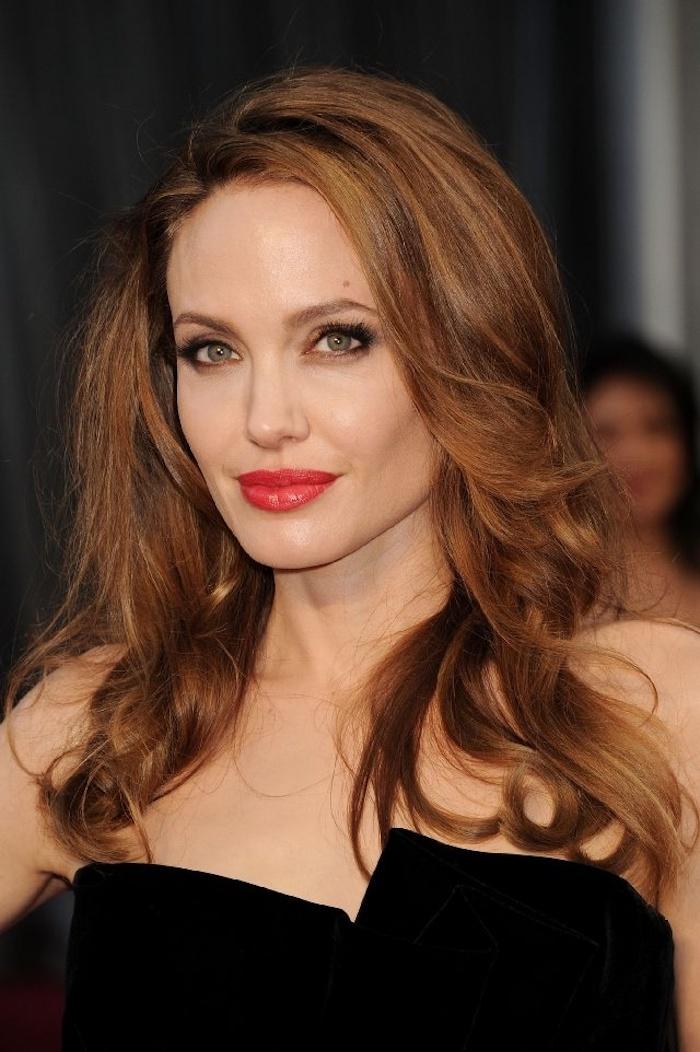 karamell haarfarbe, angelina jolie mit schwarzem abendkleid und moderne frisur mit locken