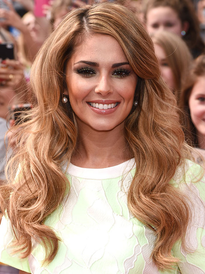 haarfarbe caramel, cheryl cole mit moderner haarfrisur mit locken, make up