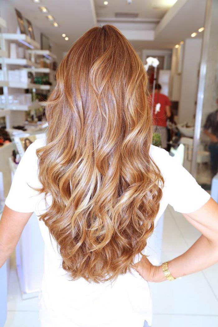 lange lockige haare in caramelblond, weißes kleid mit kurzen ärmeln