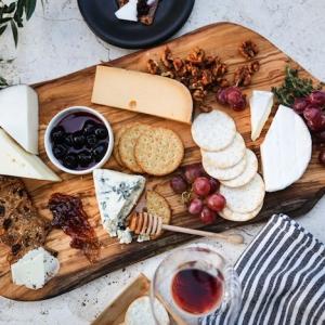 Die perfekte Käseplatte anrichten - Geschmackskombinationen und essbare Dekorationen