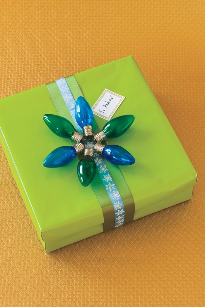 Weihnachtsgeschenk mit Lichtergirlande verzieren, grüne Verpackung, Geschenkideen zu Weihnachten